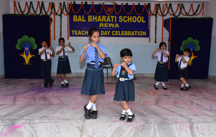 Group dance by small kids - Teachers' Day
